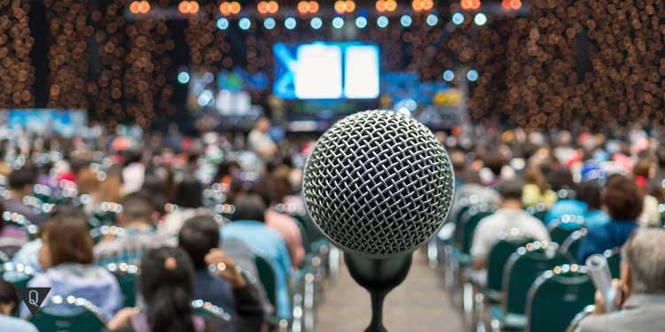 Зал полный людей и микрофон
