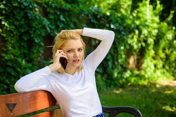 Девушка на лавочке разговаривает по телефону