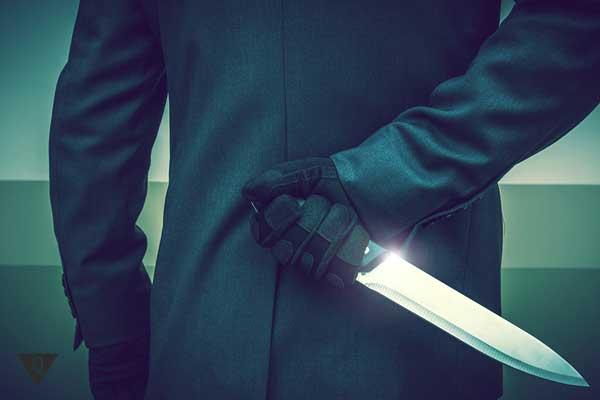У мужчины за спиной нож