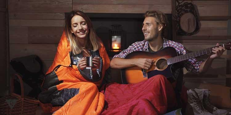 Парень и девушка ночью не спят, а играют на гитаре