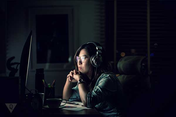 Девушка ночью работает за компъютером