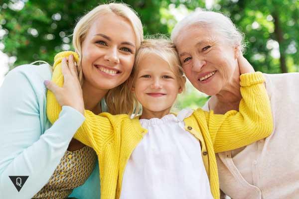 Бабушка, дочка и внучка обнимаются
