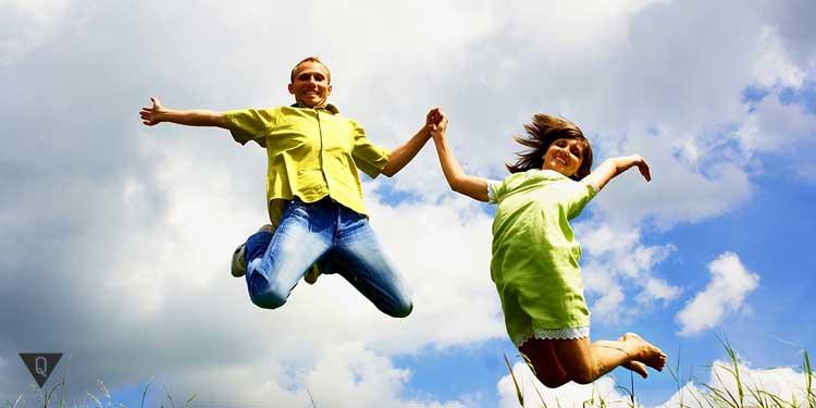 Мужчина и женщина прыгают