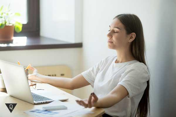 Девушка за компьютером медитирует