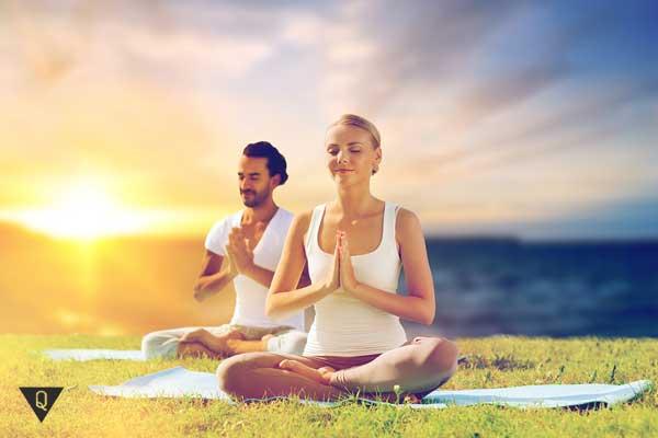Парень и девушка медитируют