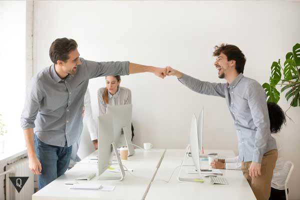 """Мужчины дают друг другу """"кулачок"""" в знак сотрудничества"""