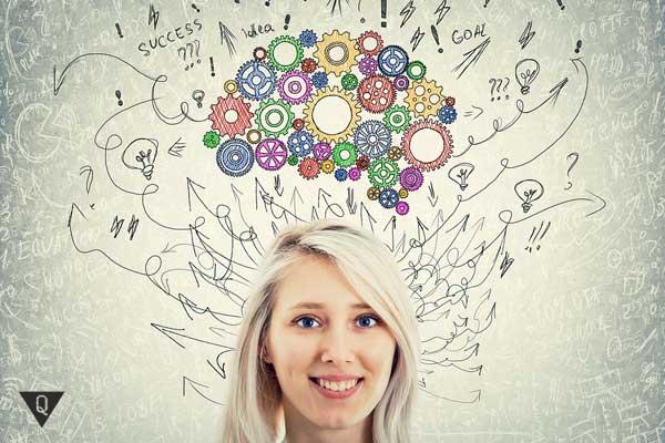 Фото девушки, над головой которой изображены мыслительные процессы