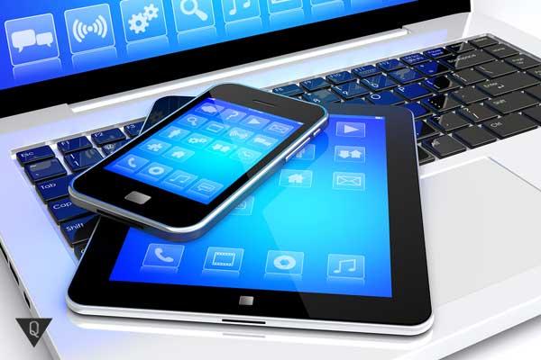 Телефон и планшет лежат на ноутбуке