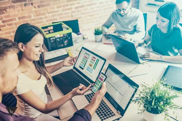 Молодые люди работают за компьютером