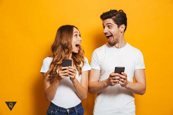 Парень и девушка со смартфонами в руках
