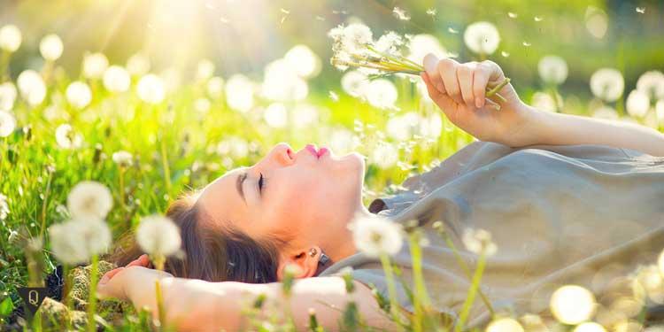 Девушка в поле из одуванчиков