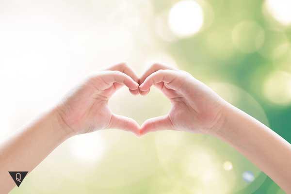 Сердечко из сложенных пальцев