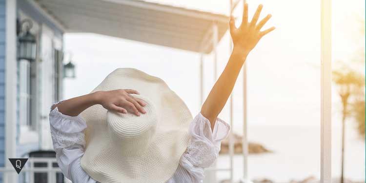 Девушка счастлива, отдыхая на берегу моря