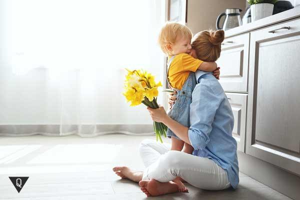 Мама с ребенком, который подарил ей цветы