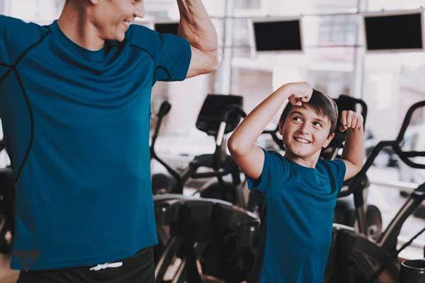 Папа с сыном занимаются спортом