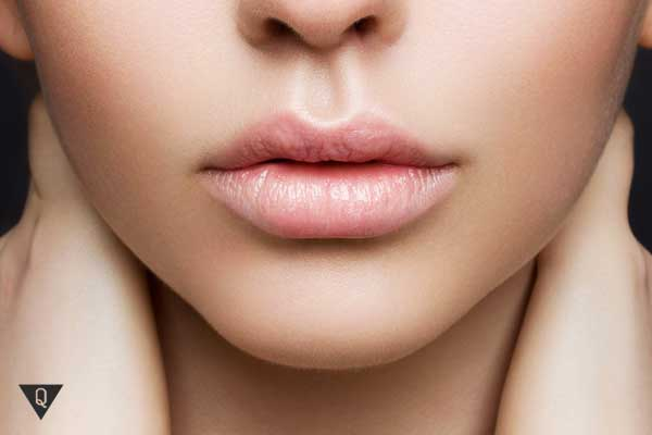 Верхняя губа тонкая, а нижняя пухлая