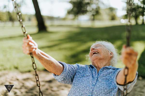 Бабушка катается на качели