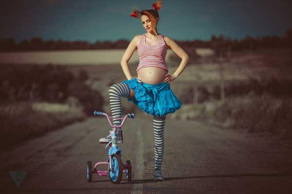 Инфантильная беременная девушка