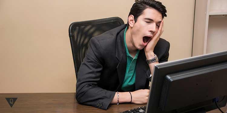 Парень зевает за работой