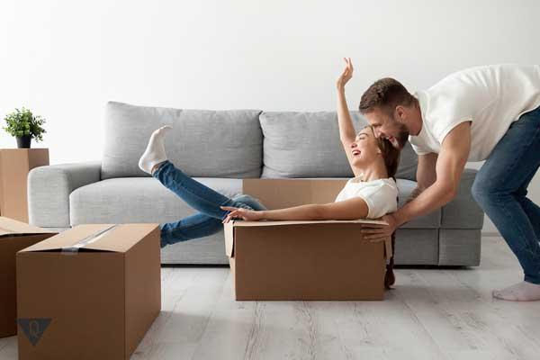 Парень с девушкой переехали на новую квартиру