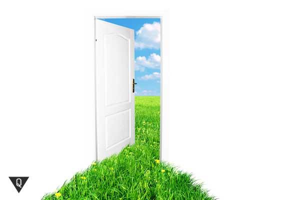 Полуоткрытая дверь, за которой зелёная трава и яркое небо