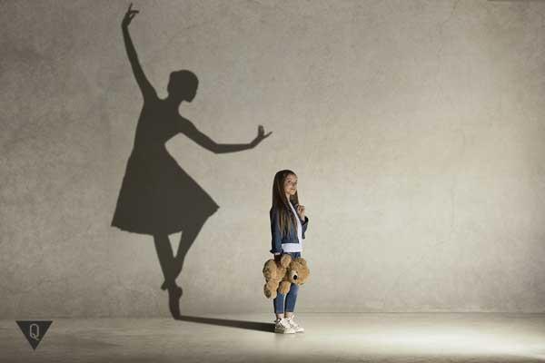 Маленькая девочка с тенью балерины