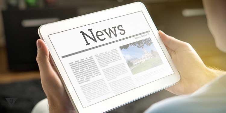 Мужчина читает новости