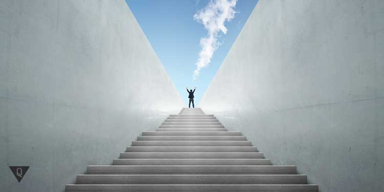 Человек поднимается вверх по ступенькам