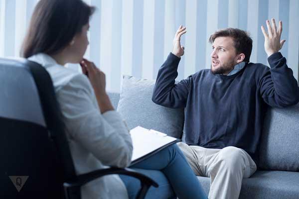 Мужчина с шизофренией на приеме у психиатра