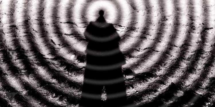 Человек стоит на фоне кругов