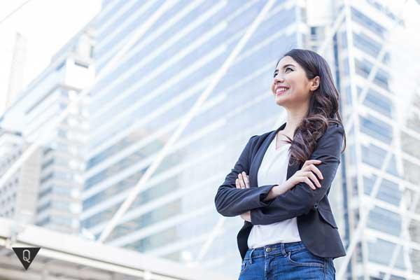 Девушка на фоне бизнес центра