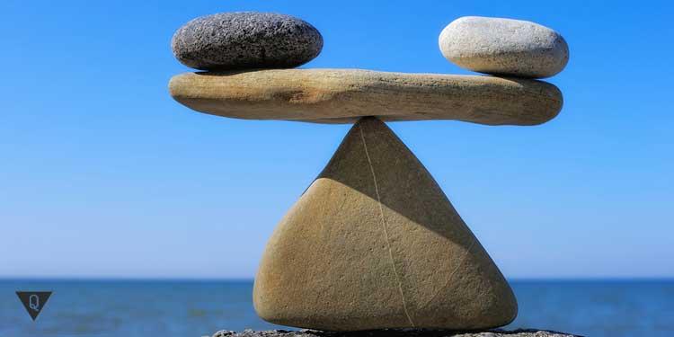 Баланс камней на берегу моря