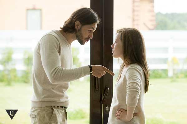 Парень ссорится с девушкой