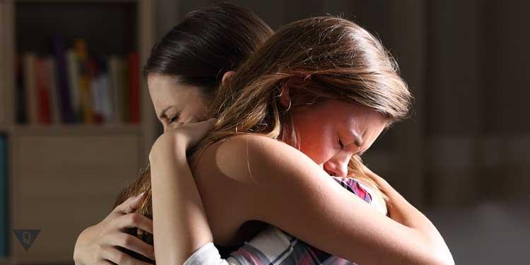 Две девушки обнялись
