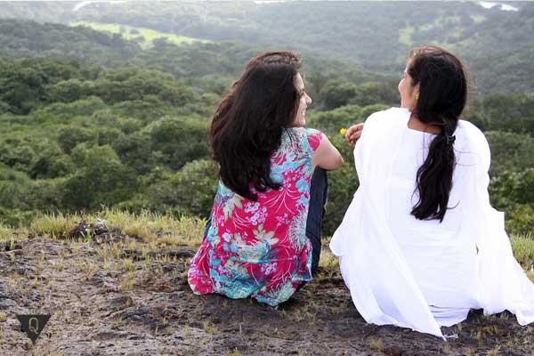 Две девушки сидят и разговаривают