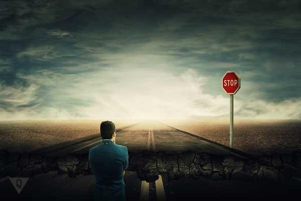 Мужчина смотрит на разрушенную впереди дорогу