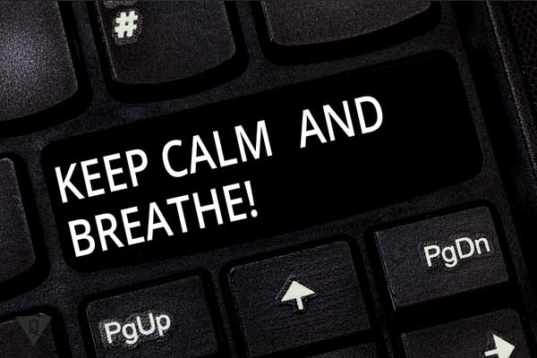 """Надпись на английском """"успокойся и глубоко дыши"""""""