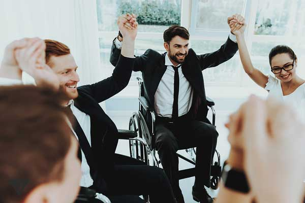 Группа людей в инвалидных колясках