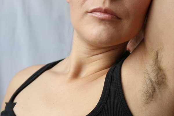 Женщина с волосатой подмышкой