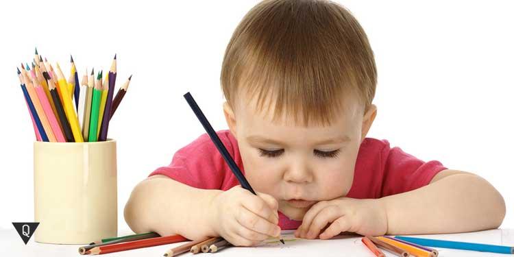 Маленький ребенок рисует
