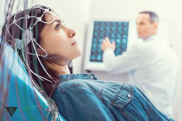 Женщине проверяют работу мозга