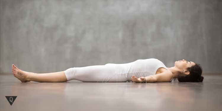 Девушка лежит на полу