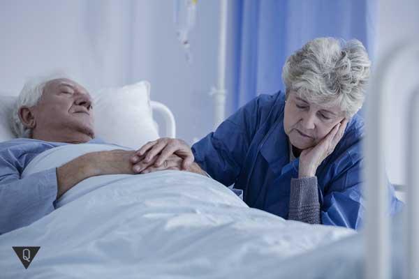 Мужчина в летаргическом сне и его жена рядом