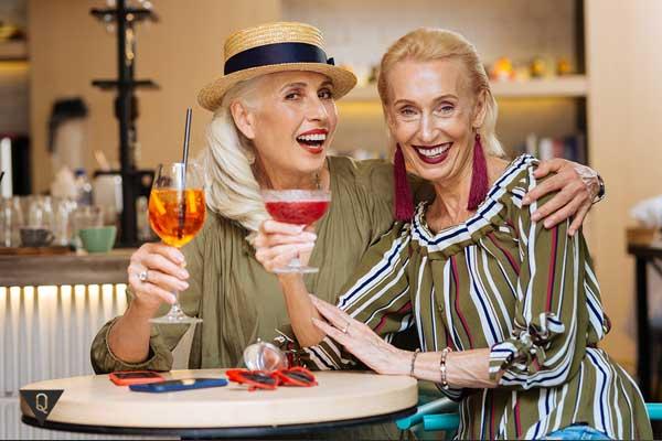 Две симпатичные женщины в возрасте улыбаются
