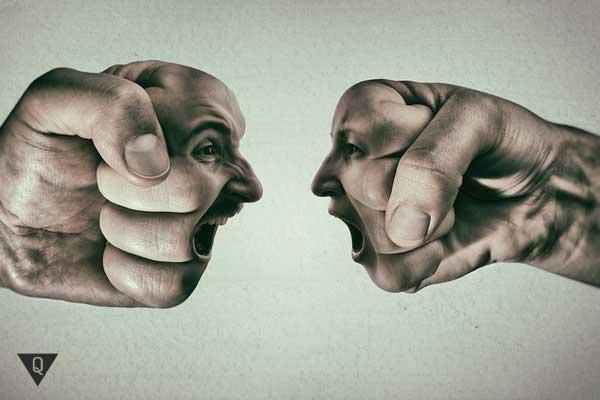 Два кулака с агрессивными лицами