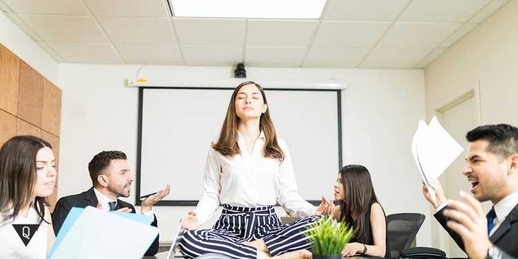 Девушка сохраняет спокойствие во время конфликта в офисе