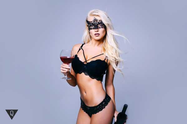 Обнаженная девушка с бокалом вина