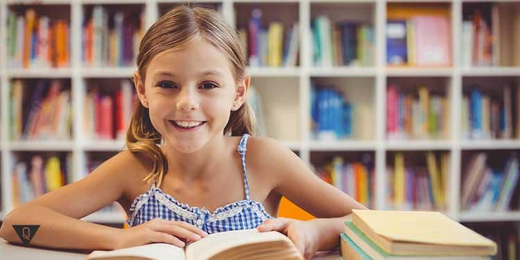 Девочка с книгой улыбается в камеру