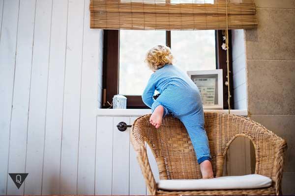 Ребенок лезет к окну
