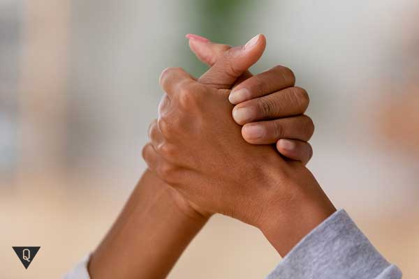 Две руки в рукопожатии